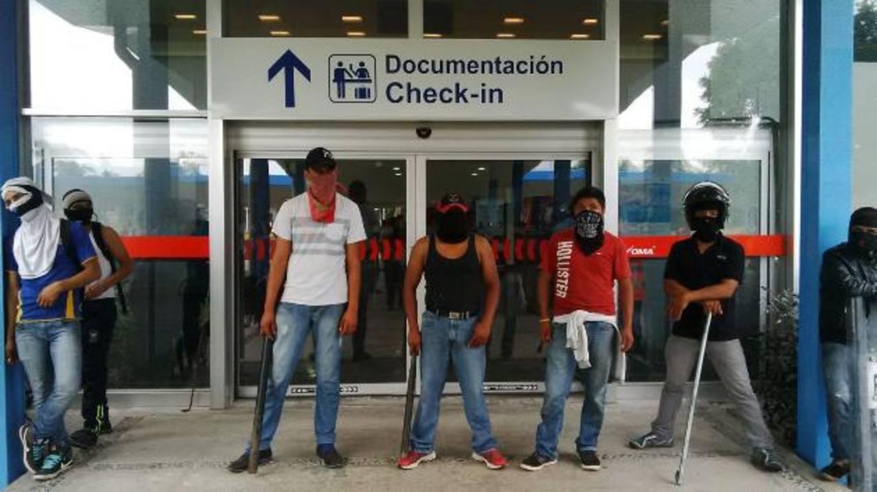 Manifestantes mantienen cerrado el aeropuerto de Acapulco, México