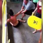 Profesor de natación arrastra a alumna que se rehusa entrar a la piscina