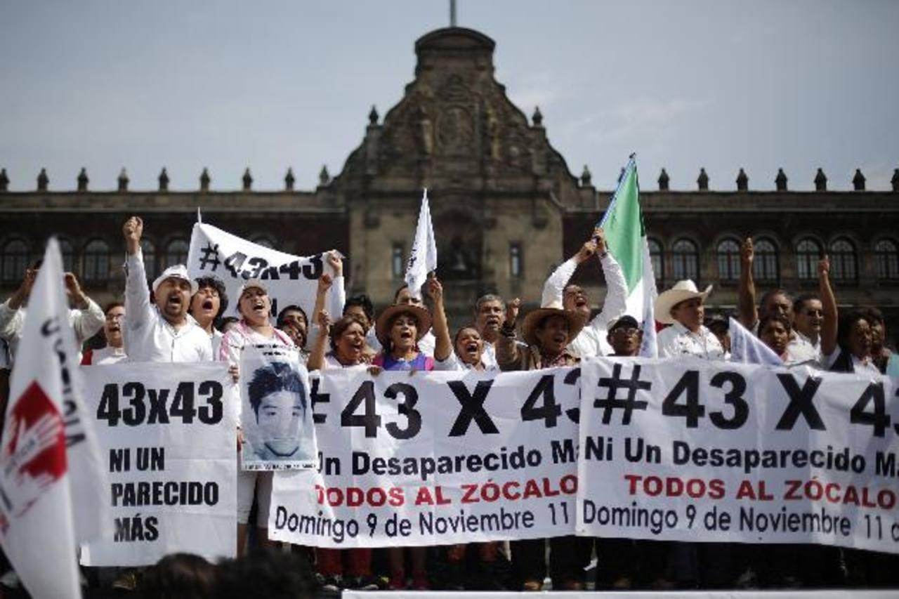 Ayer, en el Zócalo, decenas exigieron más información sobre el paradero de 43 estudiantes desaparecidos. foto edh / reuters