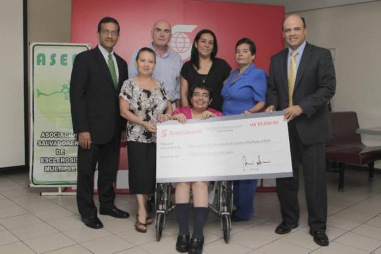 La Asociación Salvadoreña de Esclerosis Múltiple recibió el donativo. Foto EDH / Cortesía