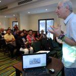 Alejandro Gutman instó a los empresarios a integrarse a este modelo educativo. fotos EDH / huber rosalesFrancisco Ramírez del Cid (izquierda) es otro de los beneficiados que ha sido beneficiados con las becas.