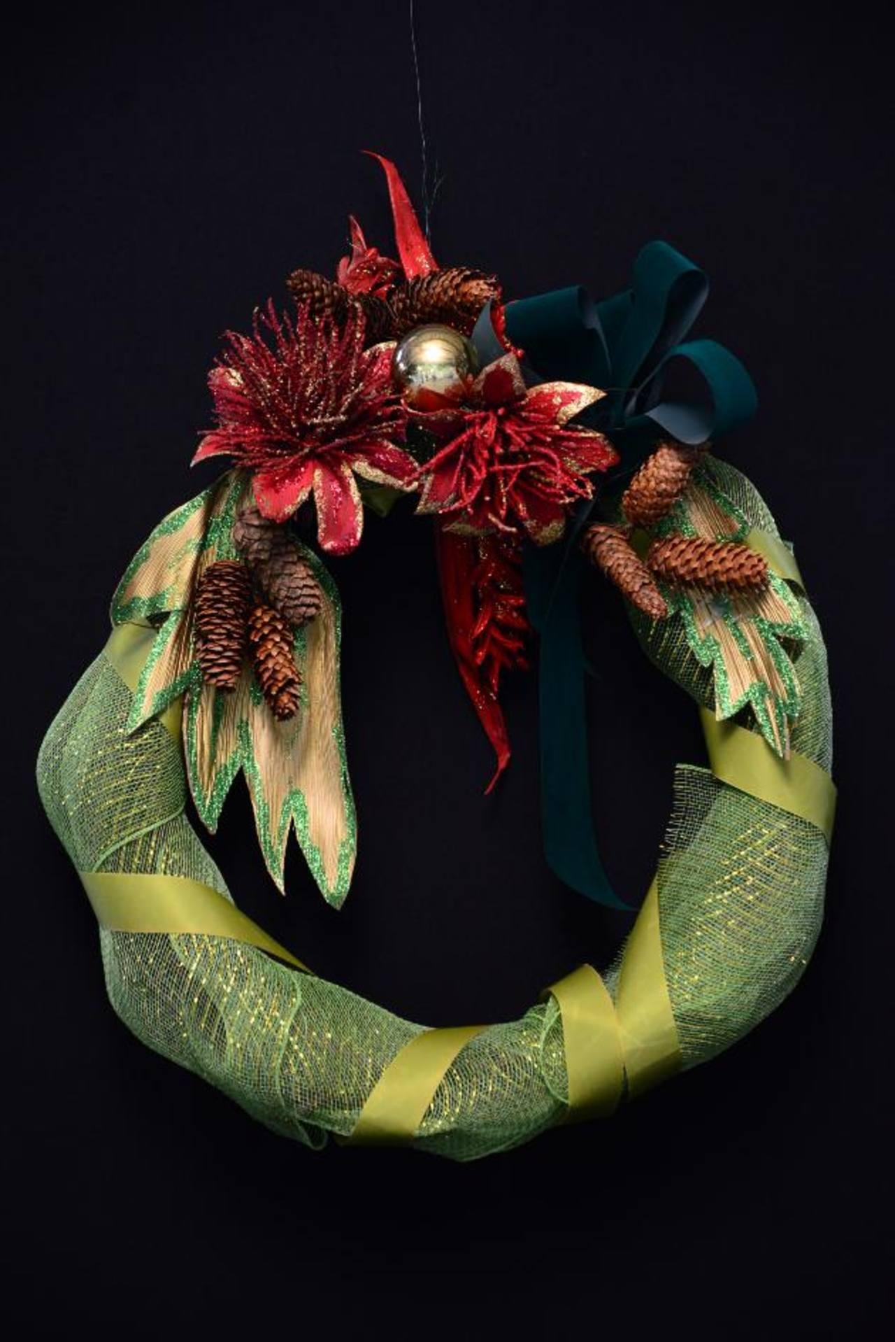 Las coronas navideñas serán uno de los arreglos que engalanarán la exposición. FOTO EDH/CÉSAR AVILÉS