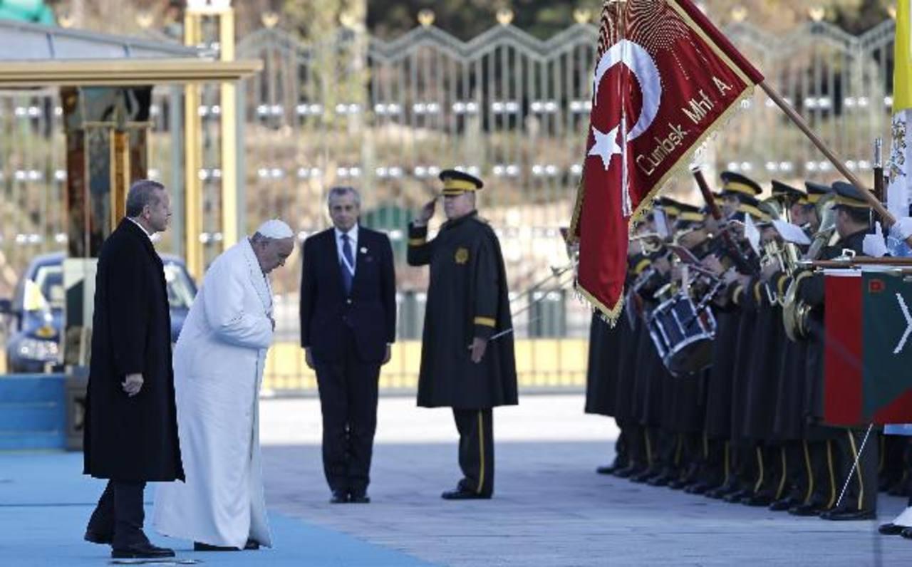 El presidente turco, Recep Tayyip Erdogan (izq.), y el Papa Francisco pasan revista a la guardia de honor en el nuevo palacio presidencial de Ankara (Turquía). foto edh / EFE.