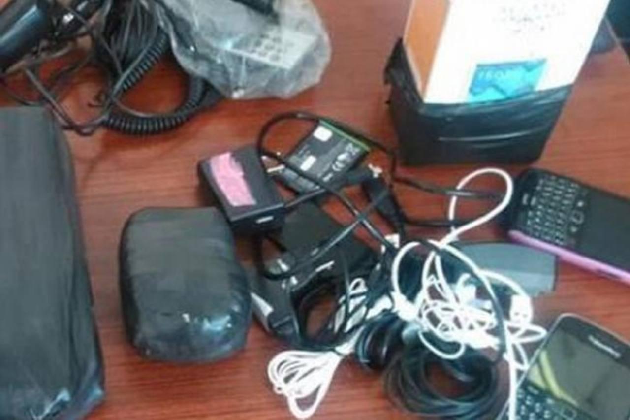Un empleado penitenciario fue capturado ayer por introducir teléfonos al penal de Quezaltepeque. Foto EDH