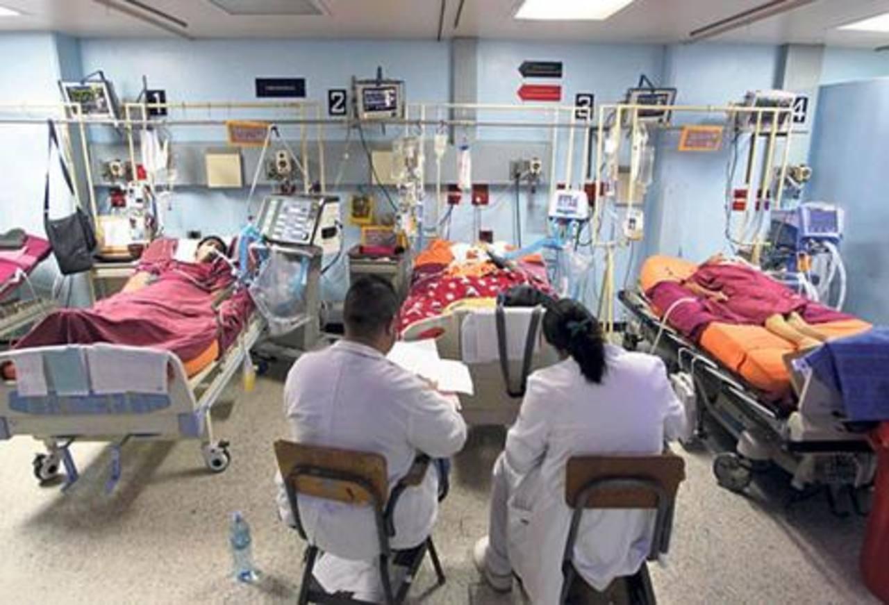 Pacientes que deberían estar en cuidados intensivos son atendidos en área de emergencia. foto Tomada de Prensa Libre