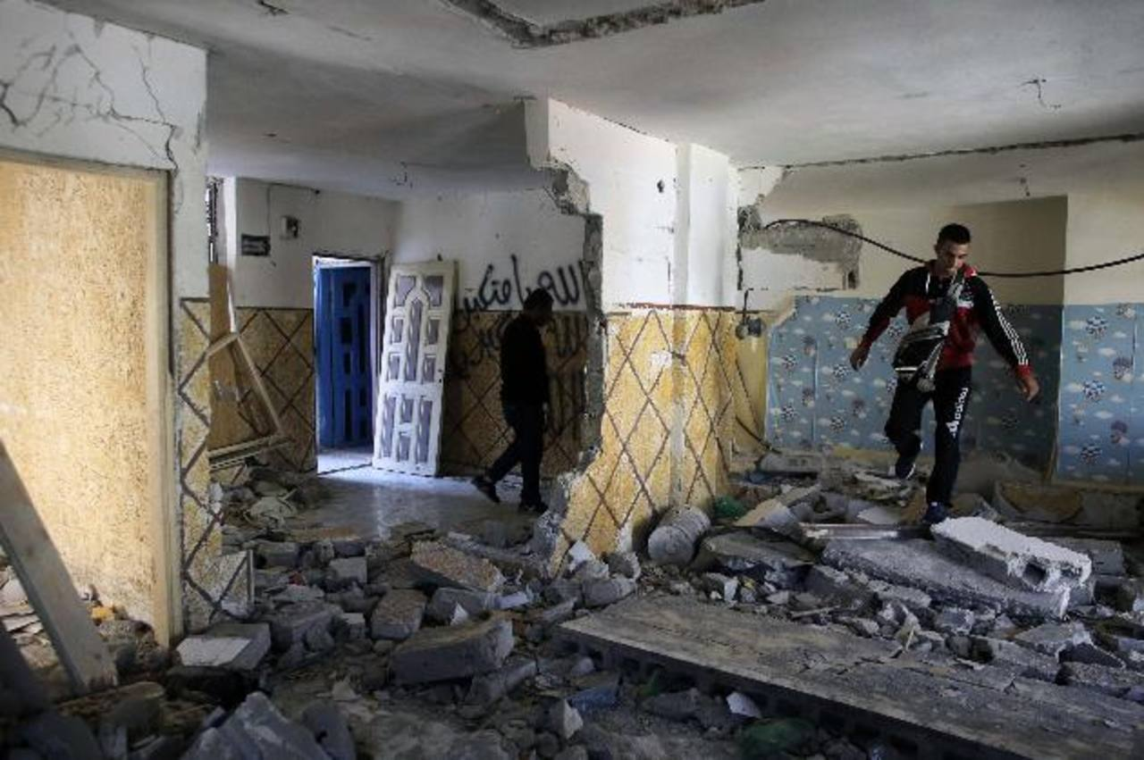 Israelíes derribaron ayer la casa de un palestino que atropelló con su auto a 8 personas el pasado 22 de octubre. foto EDH /reuters