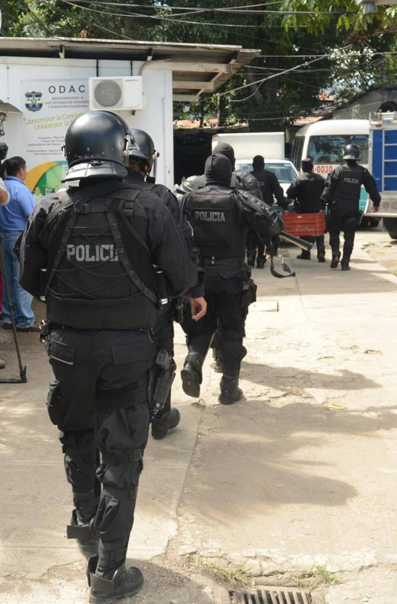 La PNC hizo requisa tras el homicidio. Foto EDH / D. Urquilla