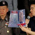 La policía tailandesa muestra imágenes de unos fragmentos de piel humana tatuada durante una conferencia de prensa en la comisaría de Bangpongpang, en Bangkok,Tailandia.
