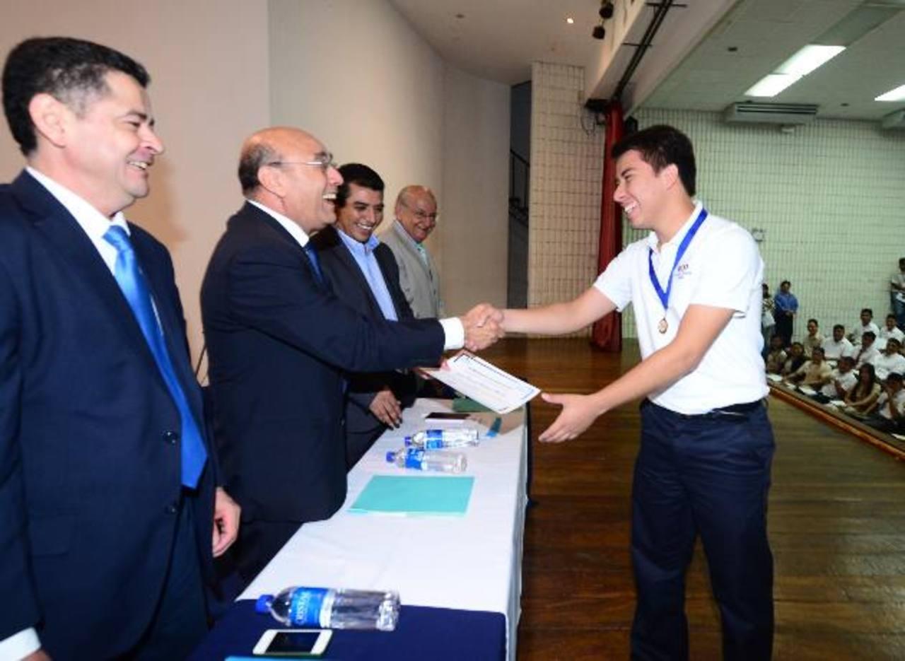 Josué Natarén Morán recibe la beca Fantel de manos del ministro de Educación, Carlos Canjura. El joven fue el único alumno, en todo el país, en sacar 10 en la Paes 2014. Ericka Chávez