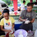 José Vásquez trabaja junto a su compañera de vida en uno de los puestos del pupusódromo El Triángulo, en Olocuilta.