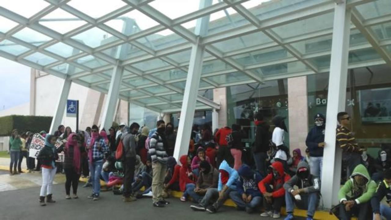 Un grupo de estudiantes se apostó ayer afuera del aeropuerto de Morelia, en Michoacán, para bloquear el acceso a la terminal en protesta por el caso de los jóvenes. foto edh / tomada de CNN