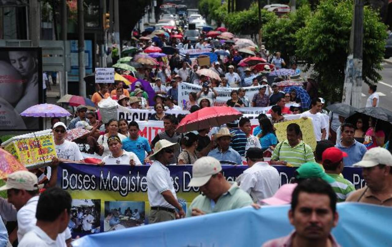 Los sindicatos de maestros han realizado marchas para exigir la revisión salarial que manda la Ley de la Carrera Docente.