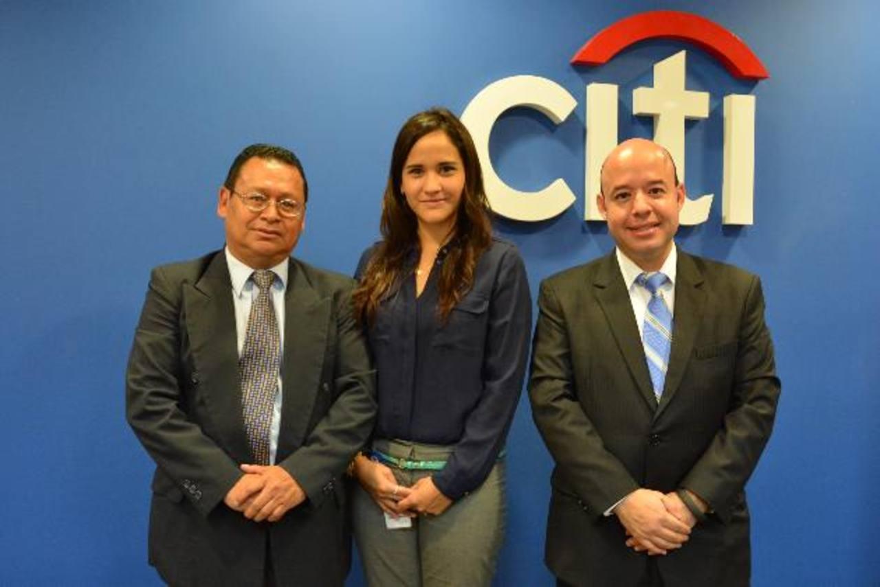 José González, presidente de Asomi, Ana Fagoaga de Citi y Everardo Rivera, director de la ESEN. Foto EDH / David Rezzio.