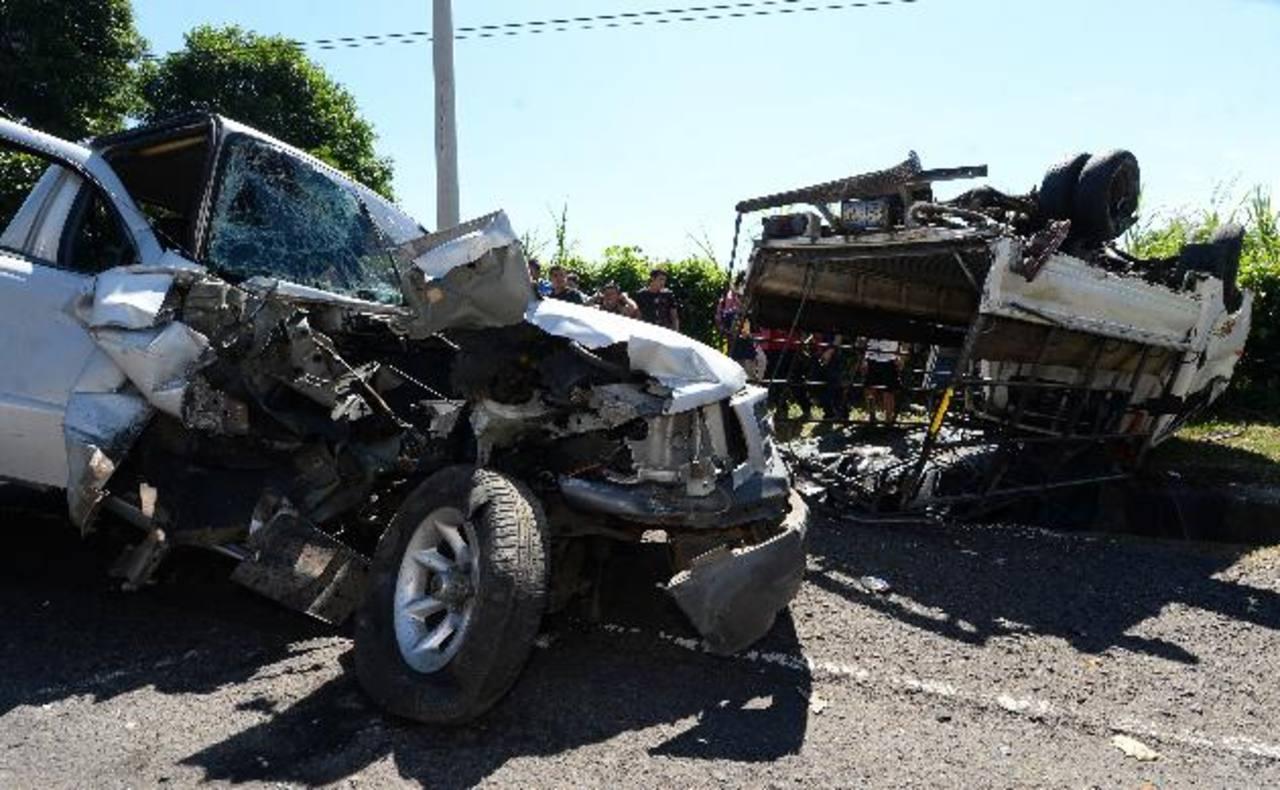Ayer, en el kilómetro 27.5 de la carretera hacia Sonsonate, la excesiva velocidad causó un accidente en el que 20 personas resultaron lesionadas, según Cruz Roja . foto EDH /Jaime Anaya