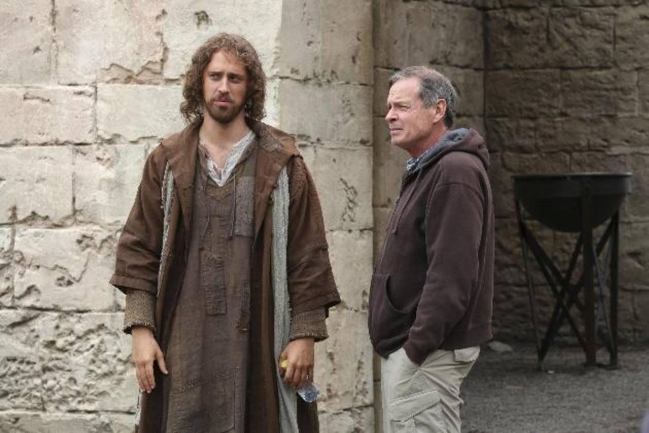 """El director Kevin Reynolds (d) habla con el actor Stephen Hagan (i), durante el rodaje de la película """"Clavius""""."""