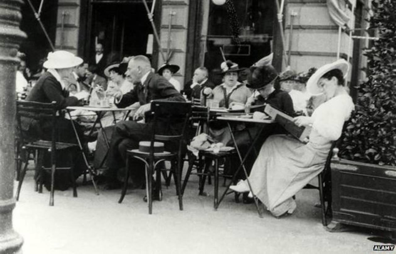 Fotografía de un café en Vienna, la cual data de 1900. Foto EDH