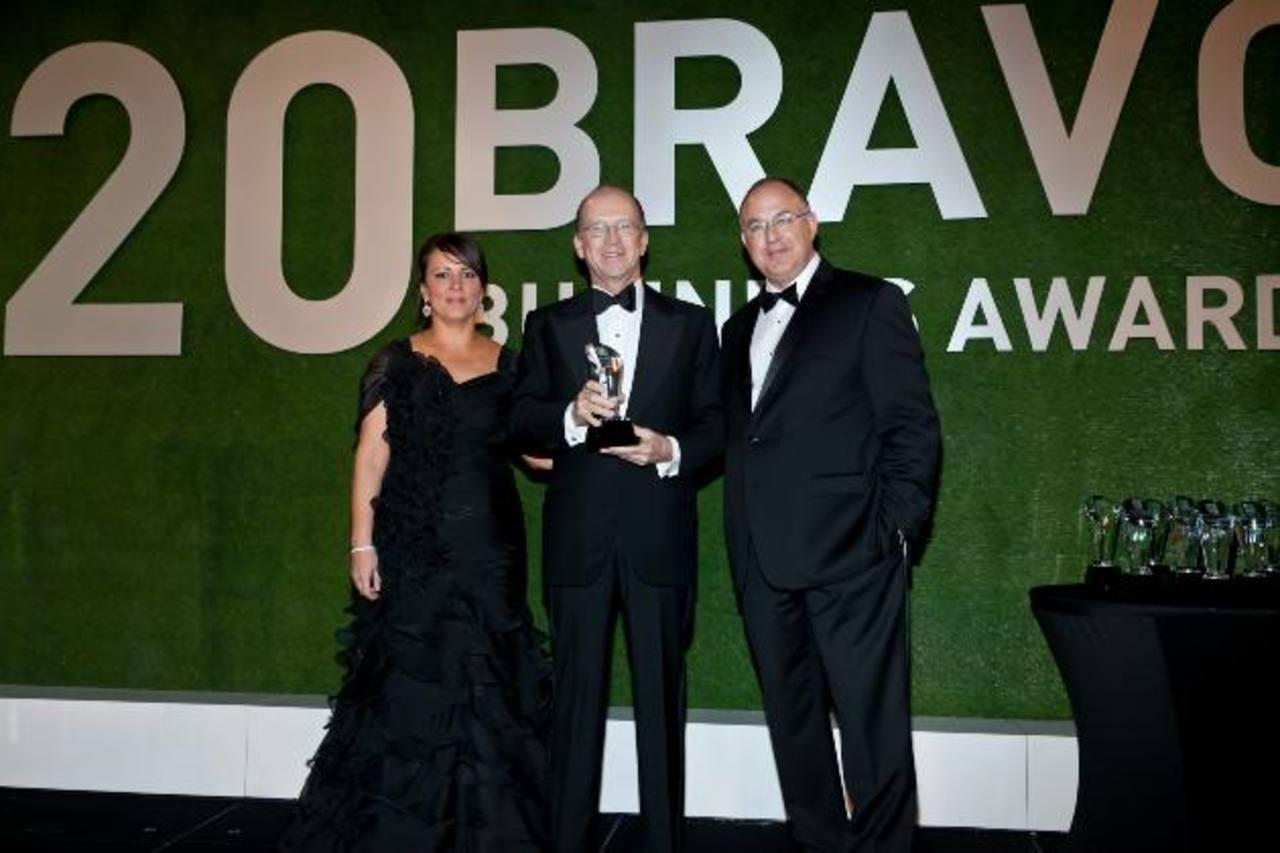 Ricardo Poma posa con el premio BRAVO junto a representantes de Latin Trade, en Miami. Foto EDH / Cortesía de Grupo Poma.
