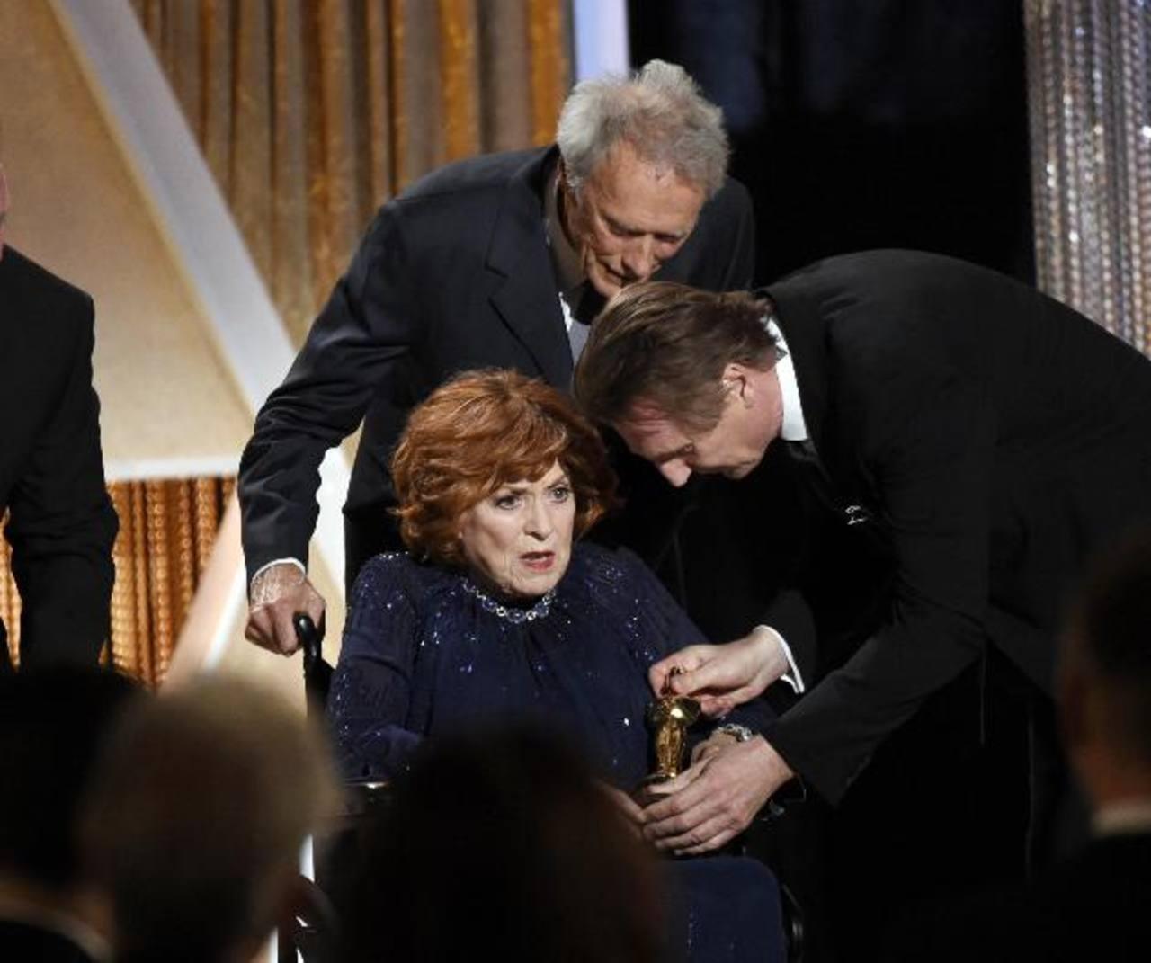A O'Hara subió a recibir su premio en silla de ruedas.