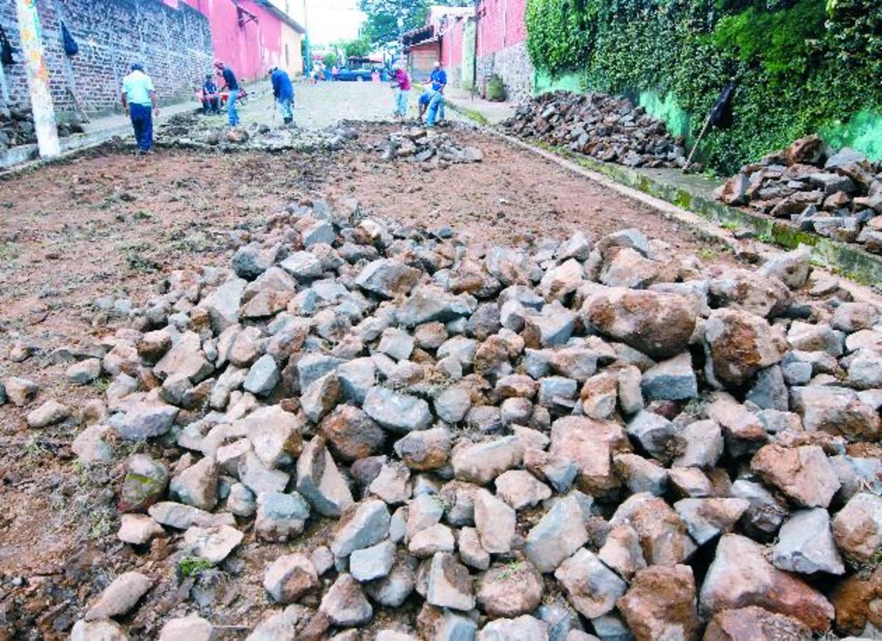 Calles que se encontraban en mal estado están siendo renovadas por completo. Foto EDH / cristian Díaz