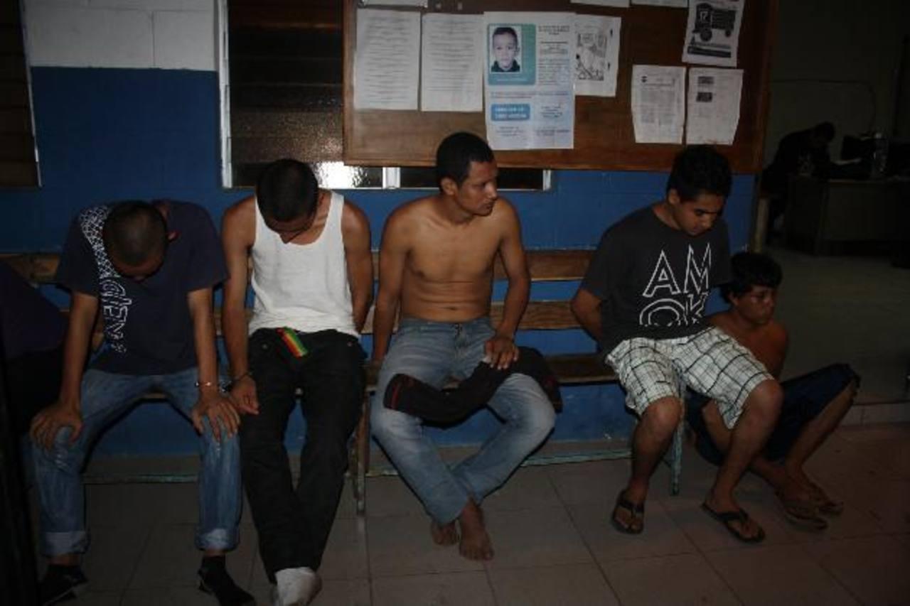 Presuntos pandilleros capturados esta madrugada.