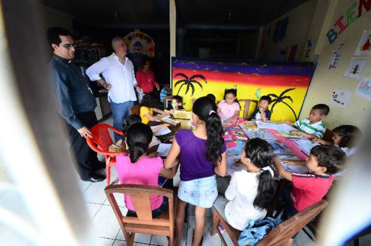 En la casa taller Forever de la Colonia Santa Eduviges, los niños enseñaron sus trabajos de dibujo a Monseñor Escobar y a Alejandro Gutman. foto edh /Éricka Chávez.