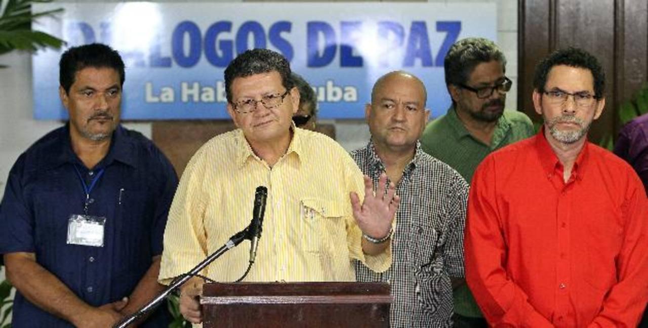 Pablo Catatumbo (Jorge Torres Victoria), de las Fuerzas Armadas Revolucionarias de Colombia (FARC), (C), responde preguntas a los medios, en La Habana (Cuba). foto edh / efe