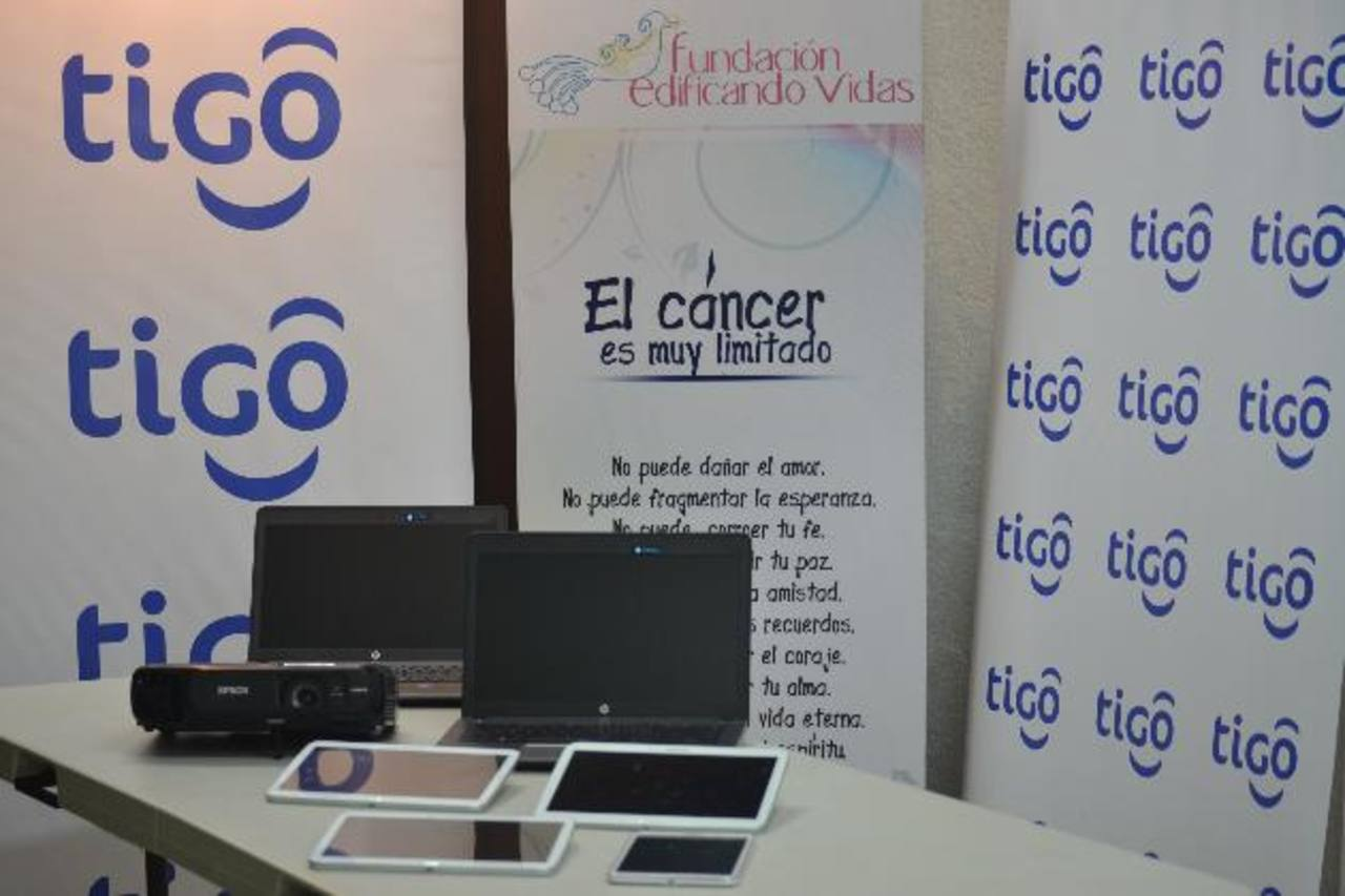 Tigo entregó kits tecnológicos para que los voluntarios realicen mejor sus labores. Foto EDH /