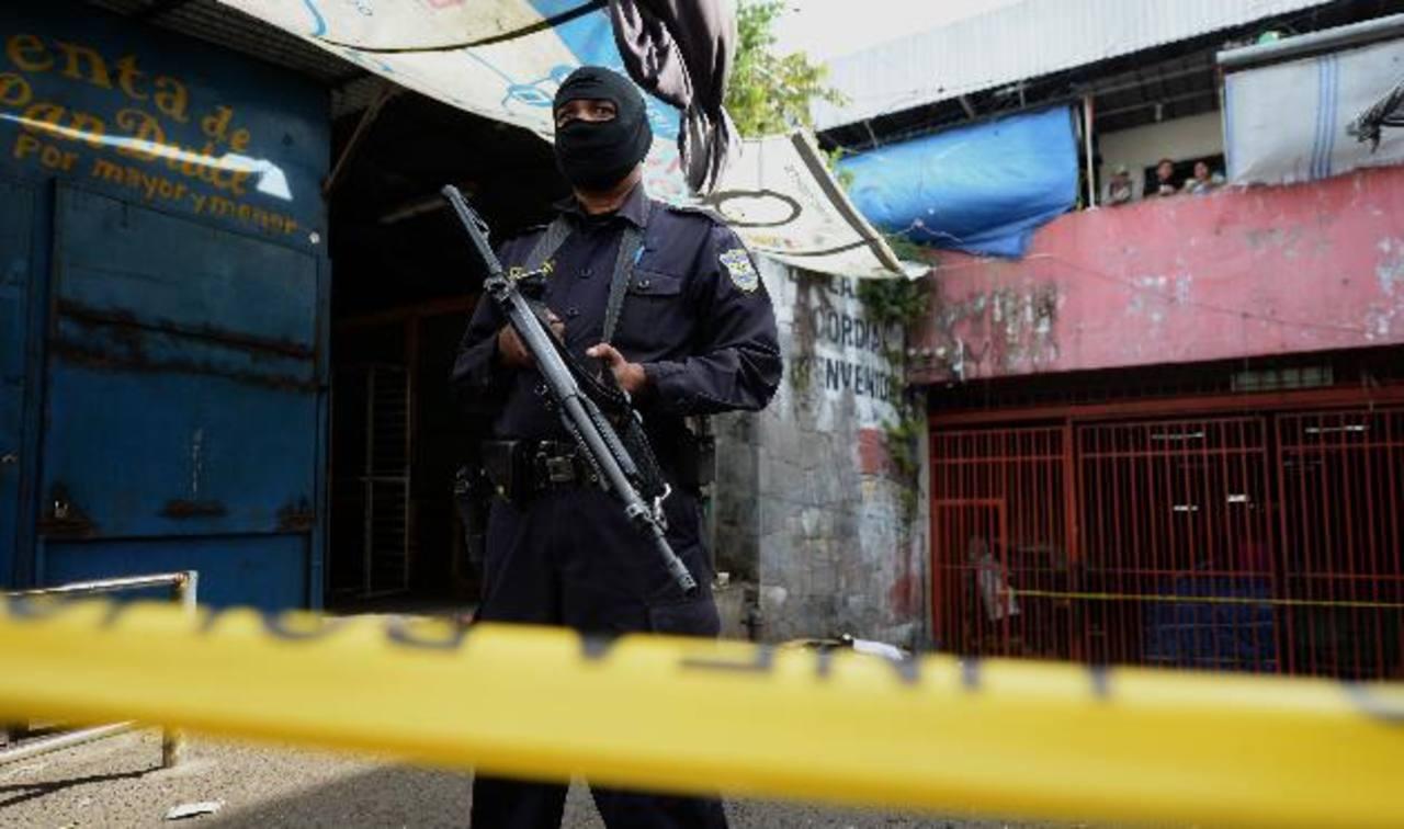 Escena del homicidio de José Vladimir Martínez, en el mercado Central de San Salvador. Foto EDH / Jaime Anaya.