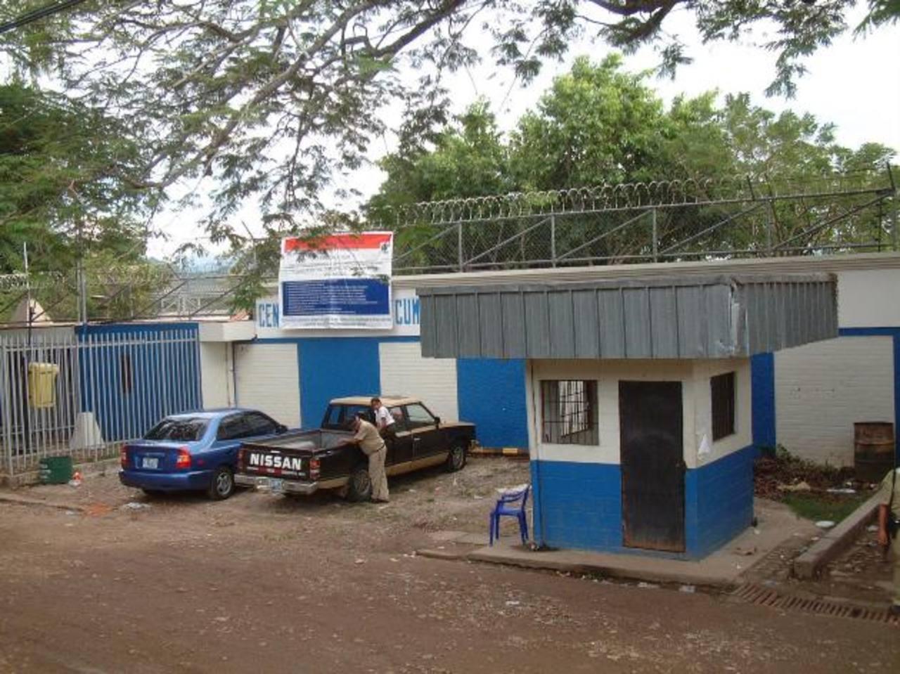 Joaquín Antonio Dimas, subdirector del penal de Chalatenango, fue atacado por dos presuntos pandilleros cuando salía de las instalaciones de ese reclusorio.