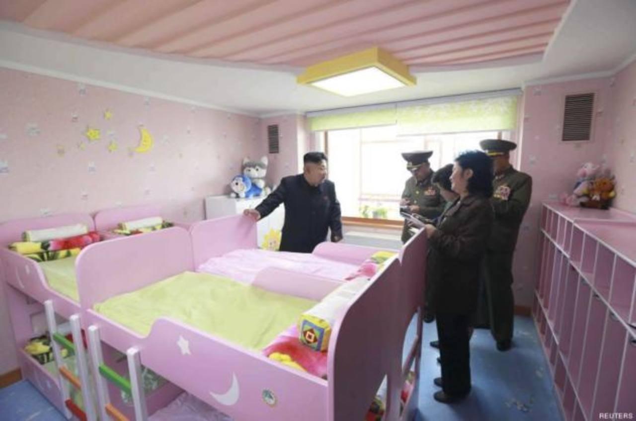 Fotografía de Kim Jong Un lo muestra fumando en un orfanato y algo más...
