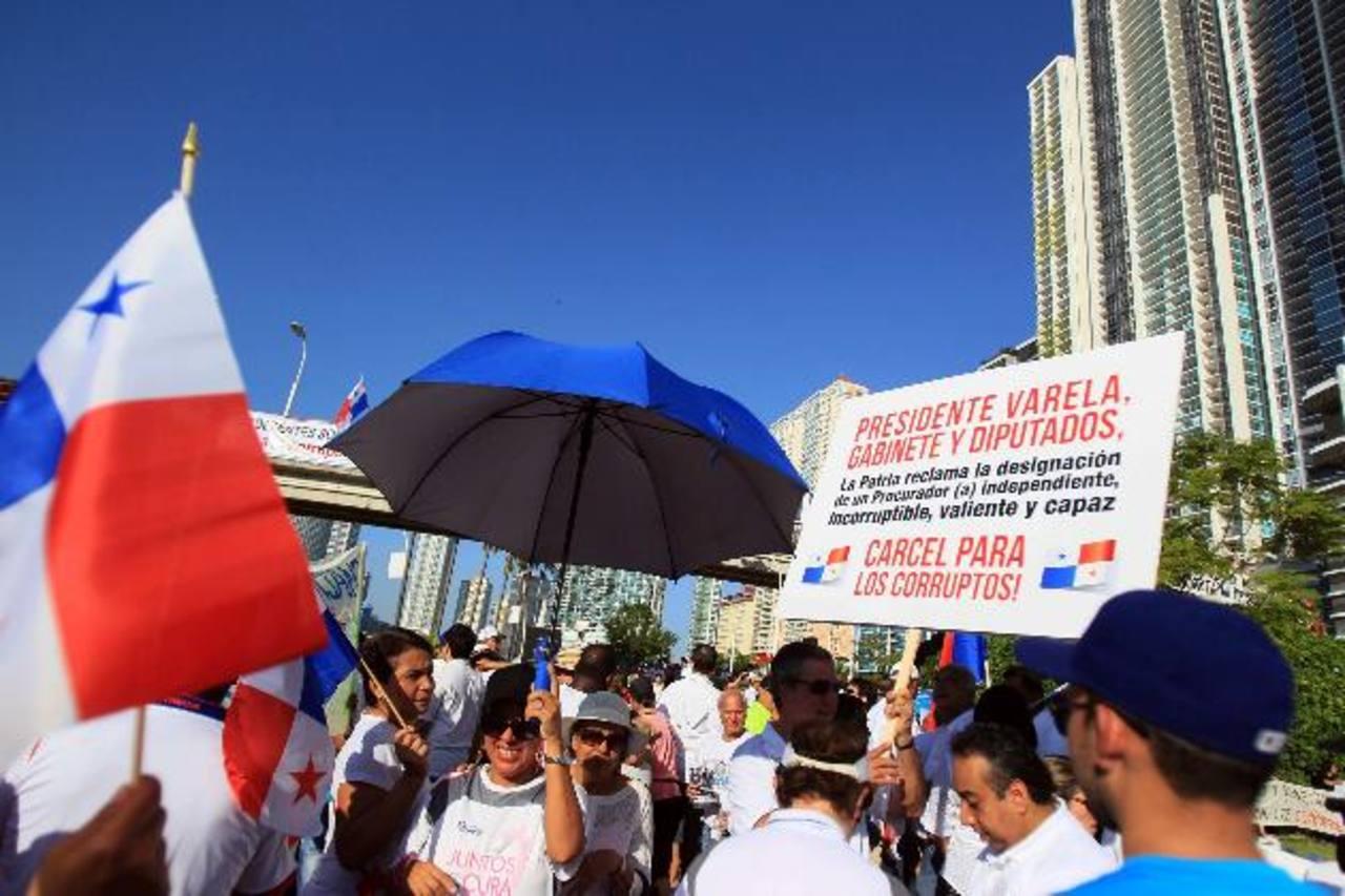Manifestantes panameños participaron ayer en una marcha en contra de la corrupción de su país. foto edh / efe