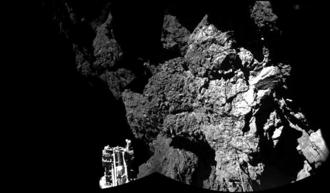 La Agencia Espacial Europea (ESA) compartió la imagen captada por la cámara CIVA del modulo Philae que muestra una vista parcial del aterrizaje en la superficie del cometa 67P.