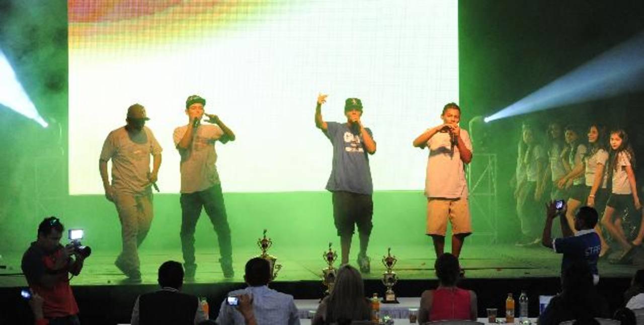 Jóvenes del club La Flecha cantando un rap de su autoría durante la presentación del Glee Fest 2014. Fotos EDH / Claudia castillo.