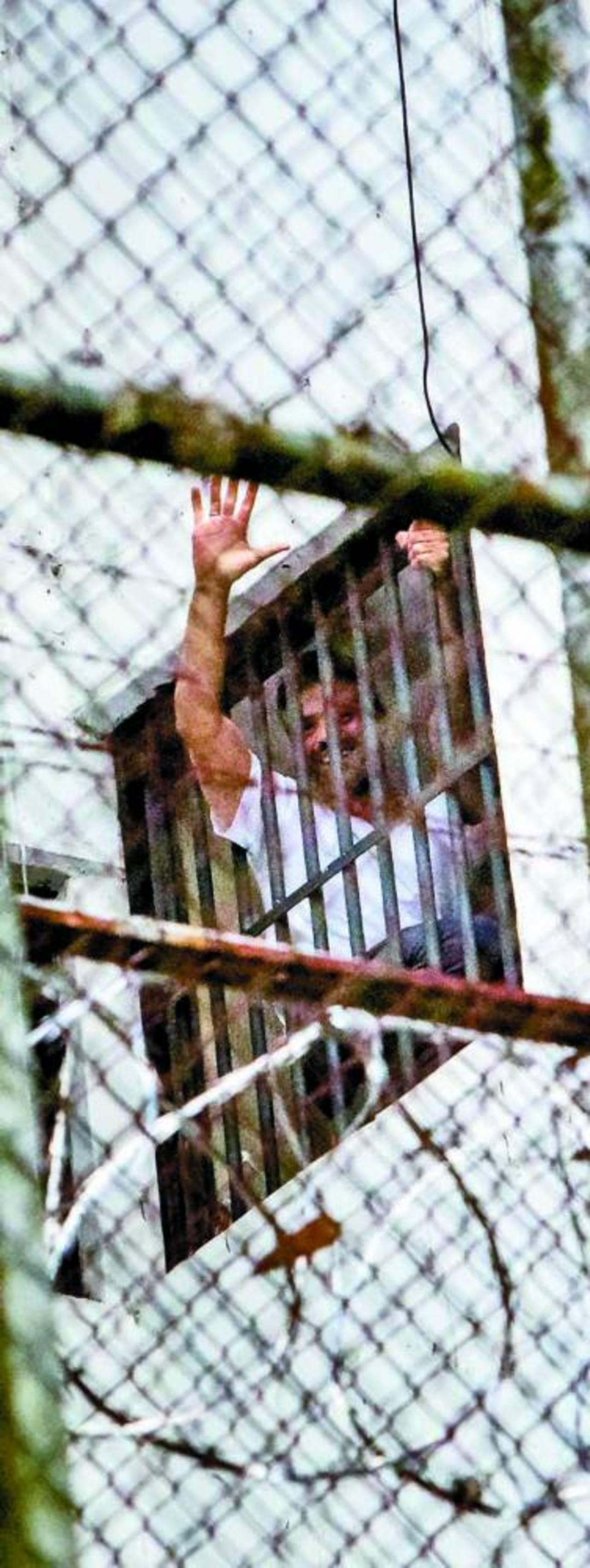 El dirigente Leopoldo López se asoma por una ventana de su celda, el 15 de noviembre.