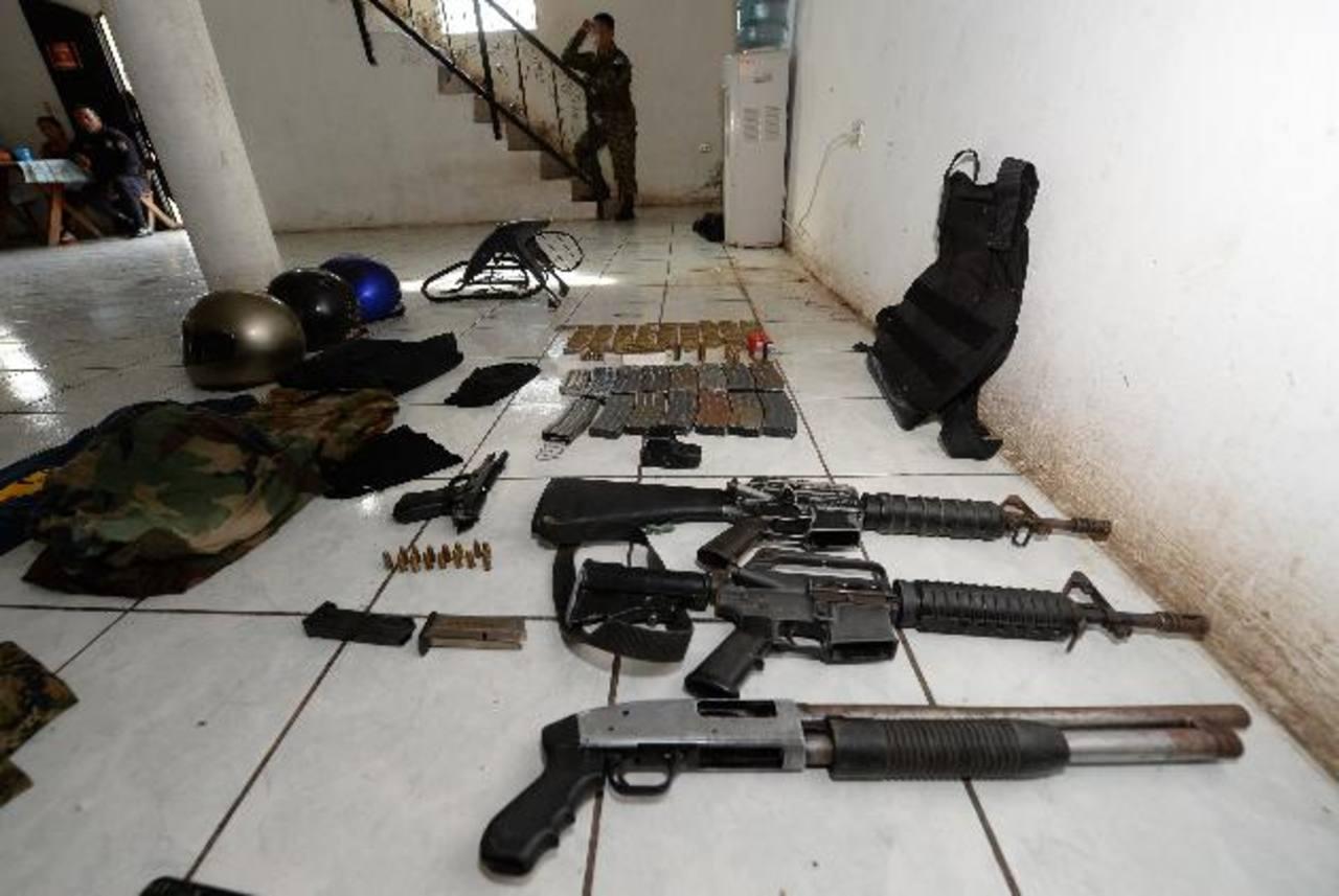 En la colonia San Carlos II de Zacatecoluca, La Paz, la PNC capturó a dos menores y a un adulto con varias armas de guerra, 69 porciones de droga y más de 500 dólares. Foto EDH / Jaime anaya.