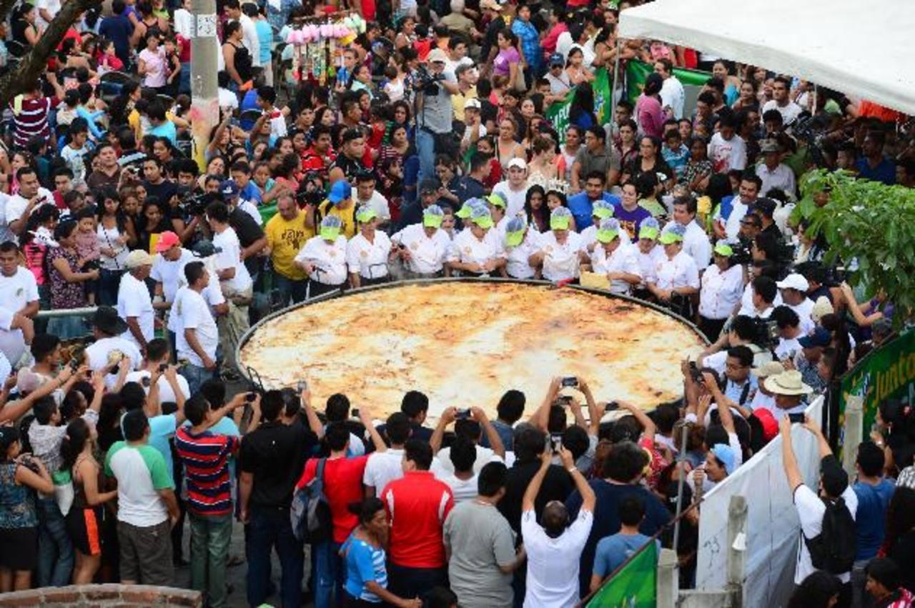 """La pupusa """"loca"""" se elaboró con 17 ingredientes y su diámetro fue de 4.2 metros. Fotos EDH / Mauricio Cáceres."""