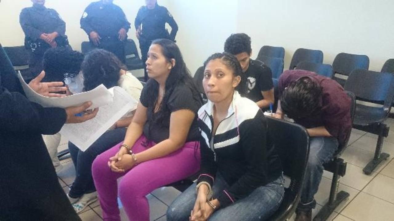 Cuatro mujeres y dos hombres fueron enjuiciados ayer en el Tribunal Antimafia por extorsión. Foto EDH / Jaime López