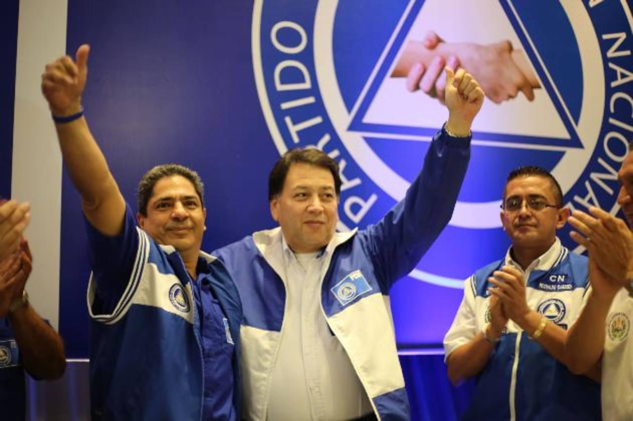 Manuel Rodríguez junto al candidato a alcalde de San Salvador, Luis Cuenca (izq.).