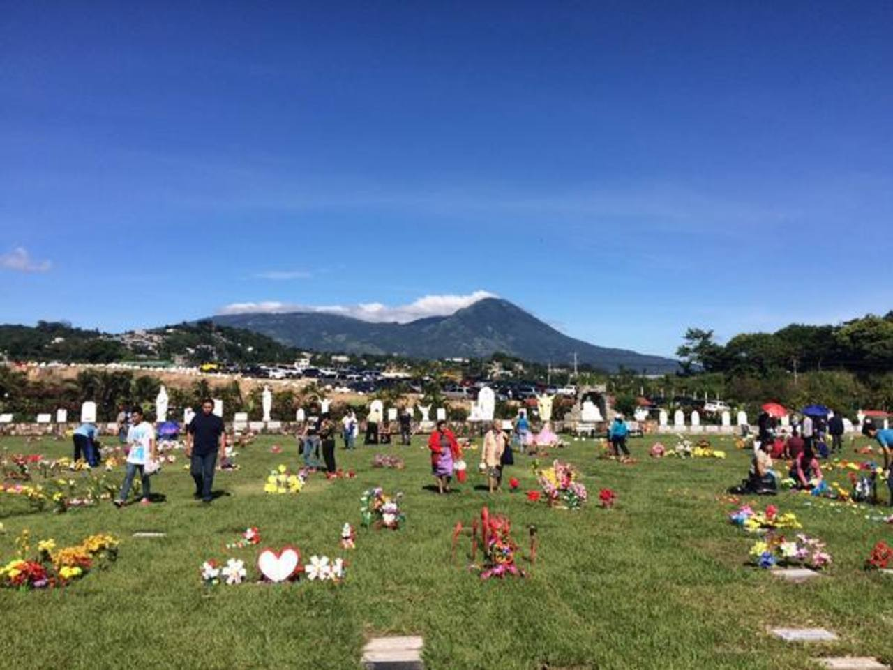 Un lector compartió esta imagen del parque memorial Jardines del Recuerdo. Comentó que junto a su familia acudió a enflorar la tumba de sus abuelos.