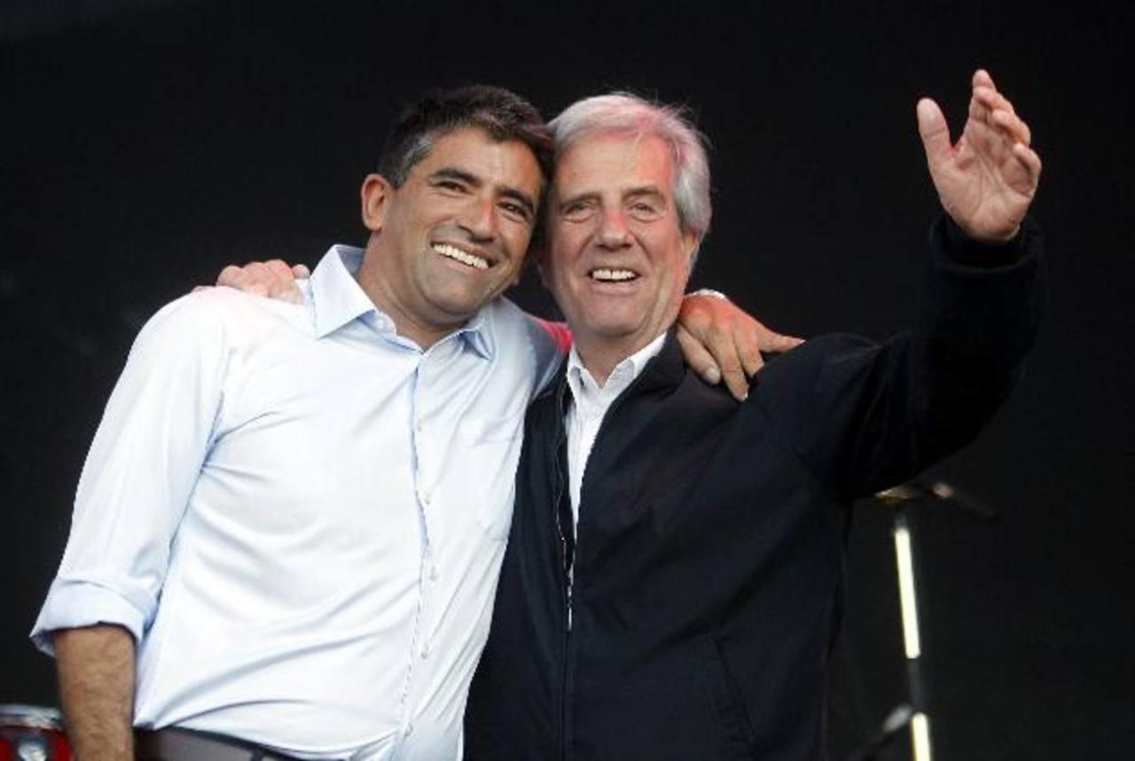 Tabaré Vázquez (Der.) y su compañero de fórmula, Raúl Sendic, (Izq.)durante el acto de cierre de campaña. foto edh / EFE.