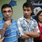 Josué Nataren junto a sus padres. El joven obtuvo 10 en la PAES 2014.