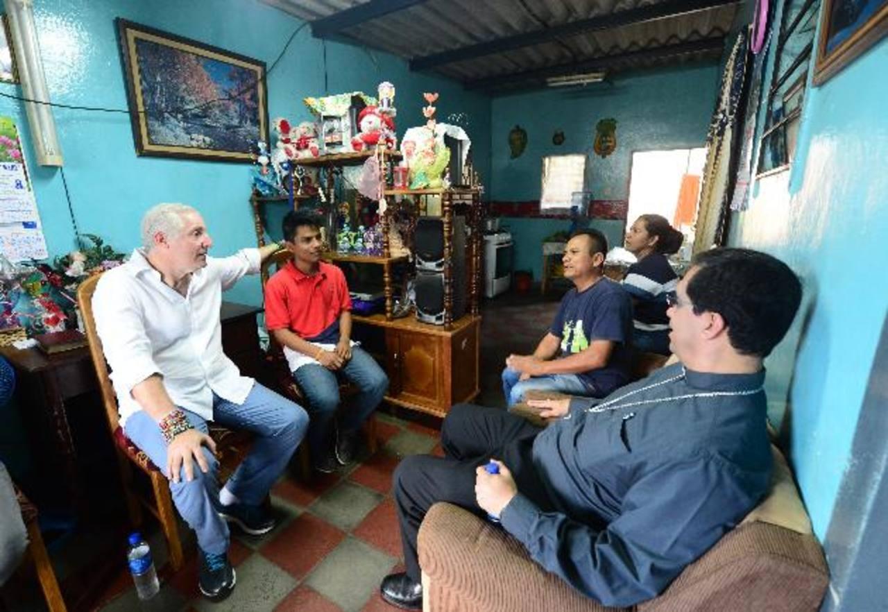 Gérson González y sus padres, recibieron al presidente de la organización y a monseñor Escobar para contar su testimonio. foto edh /éricka Chávez