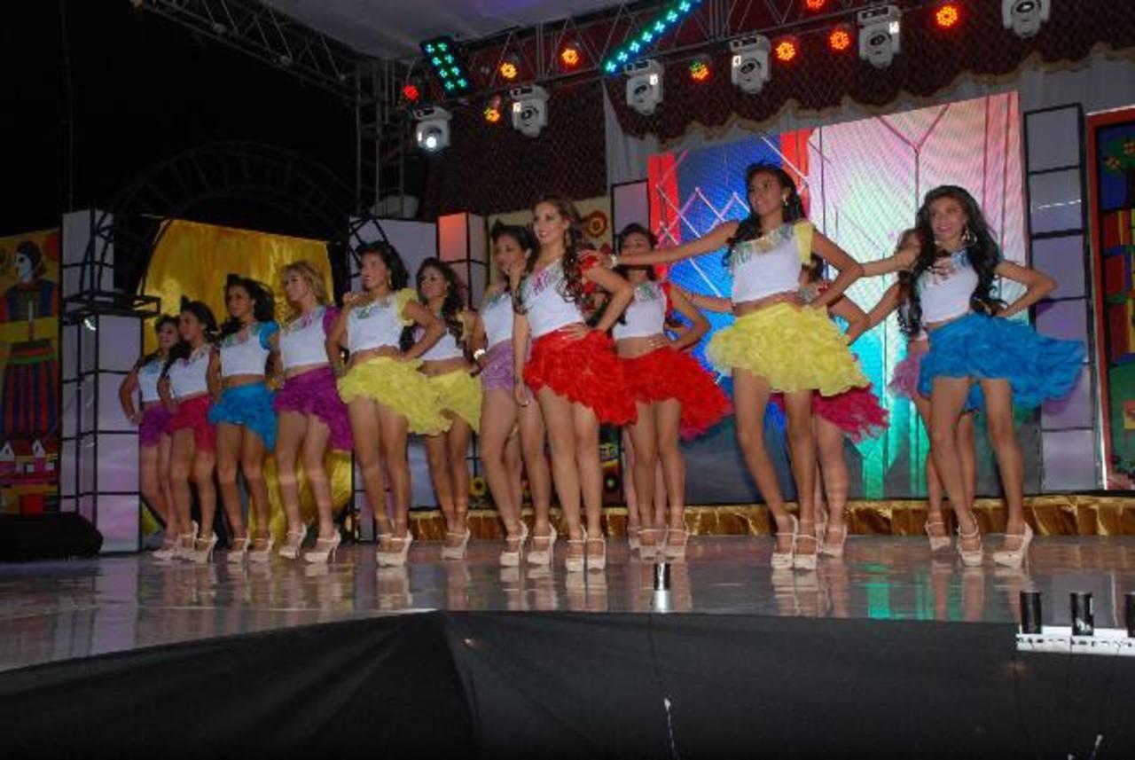 Previo a la autopresentación, las jóvenes realizaron una coreografía con la que arrancaron aplausos y suspiros a más de uno de los asistentes. Fotos EDH / insy Mendoza