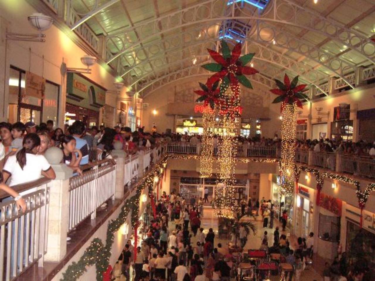 Los almacenes y centros comerciales extenderán sus horarios para atender a sus clientes. Foto EDH / archivo.