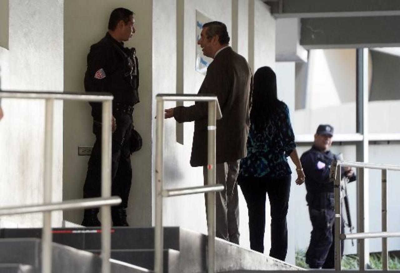 Abogados defensores del expresidente Francisco Flores llegaron al hospital donde se encuentra internado. Descartaron que salud se haya empeorado. Foto EDH /Jaime Anaya