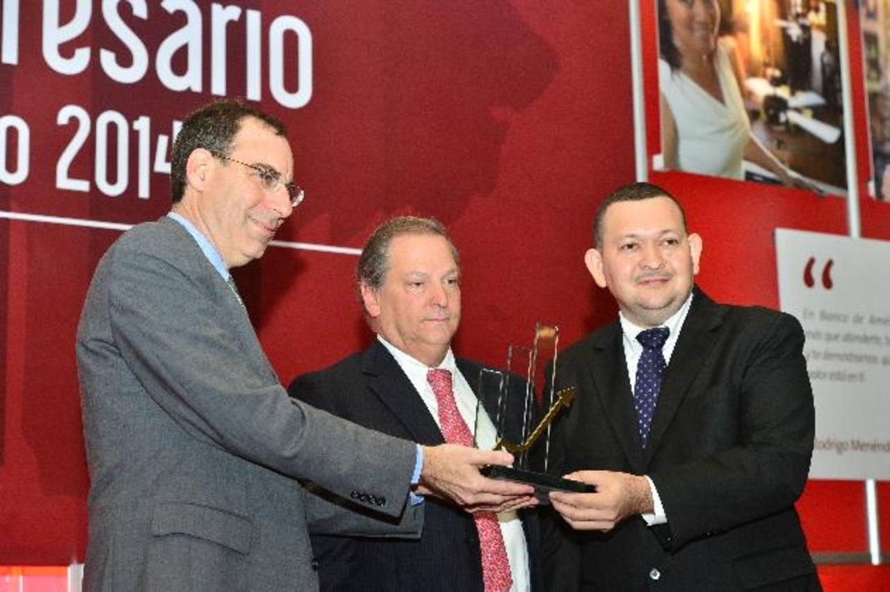 Michael Barkin, de la Embajada de los Estados Unidos, Raúl Cardenal, presidente del BAC y Luis Cruz. foto edh / rené quintanilla