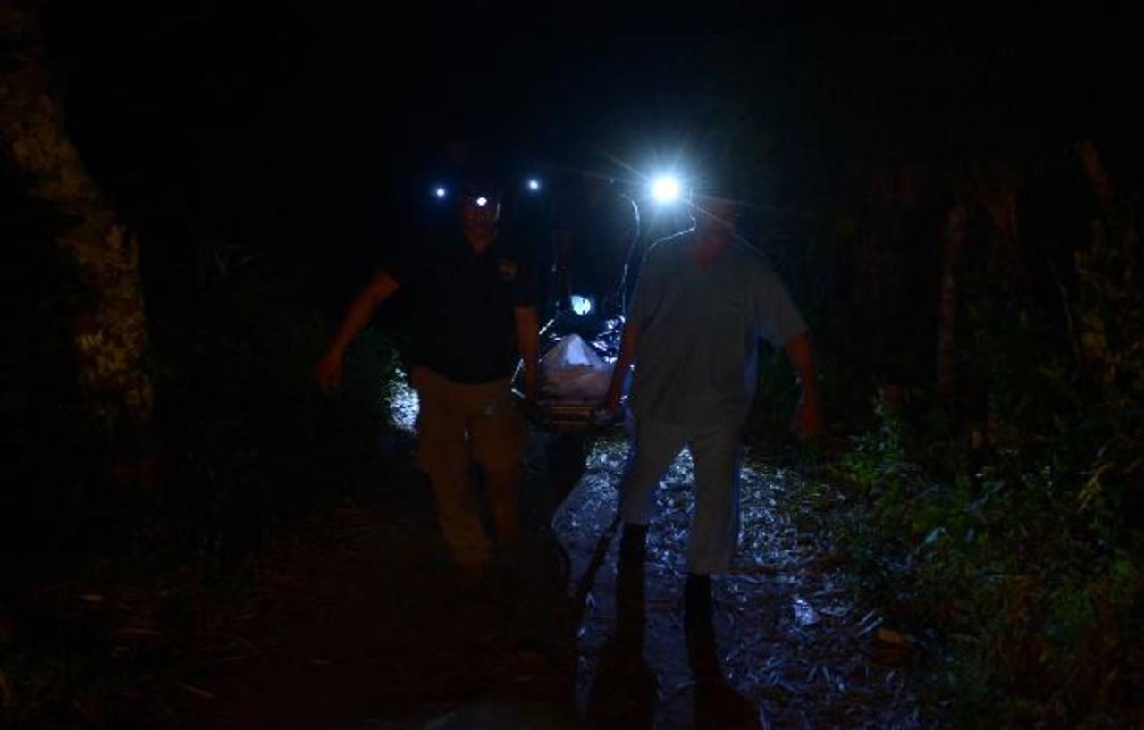 Los cuerpos hallados en Armenia fueron recuperados hasta ayer en la noche, debido a lo agreste del terreno. Foto EDH /