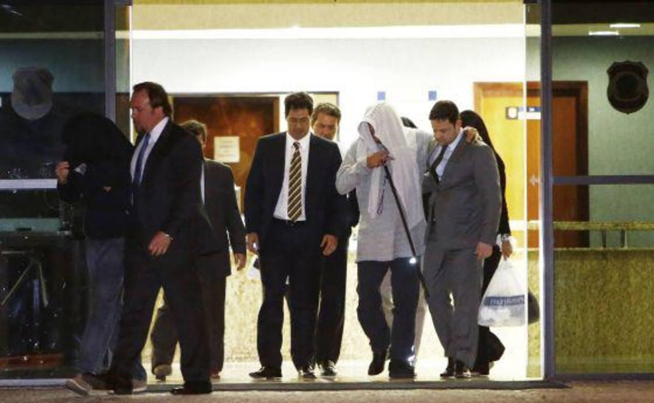 El director de la empresa Queiroz Galvão sale del edificio de la Policía Federal. foto edh / Reuters.