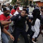 Dos maestros fueron detenidos por la policía y estos detuvieron a un mando policial. Después fueron intercambiados.