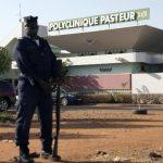 Un oficial de la Policía hace guardia afuera de una clínica en Bamako, donde varias personas estuvieron en cuarentena por ébola.